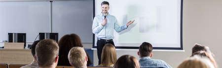 Gut aussehend Professor sein Thema für Studenten während der Vorlesung auf Universität präsentiert