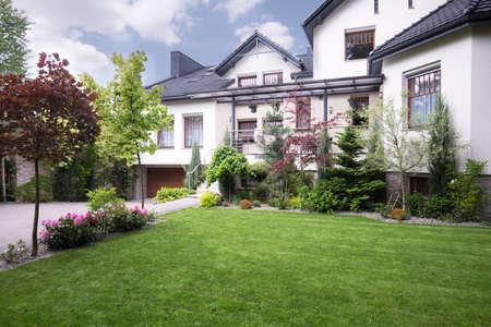 아름다운 정원이있는 단독 주택의 외부 전망