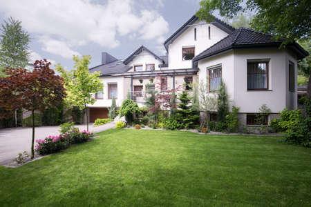 Fachada: Hermosa casa blanca en los suburbios