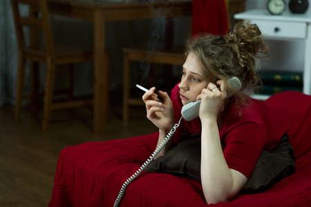 담배와 거짓말을 외로운 여자의 사진 스톡 콘텐츠