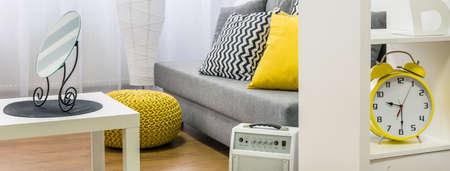 amarillo y negro: acogedor interior en gris, blanco y amarillo, de pie espejo decorativo en el cuadro blanco, panorama