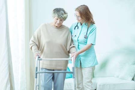 Vertrouwde arts helpt haar oude patiënt Stockfoto