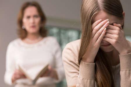 madre e hija adolescente: Vergüenza desglosado adolescente y su madre enojada leer su diario