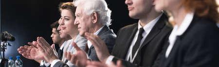 Immagine di un gruppo di persone che battere le mani