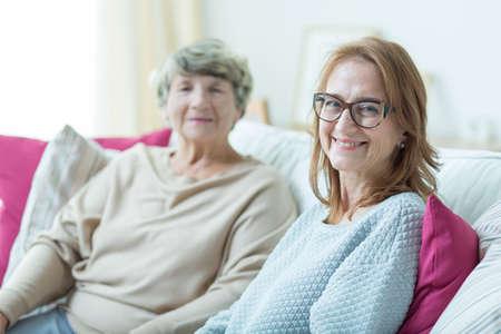 gente adulta: Mujer y vieja señora son muy felices juntos Foto de archivo