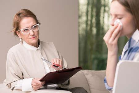 terapia psicologica: El llanto problemas de depresión adolescente que tiene de la vida útil y psicoterapeuta en la sesión