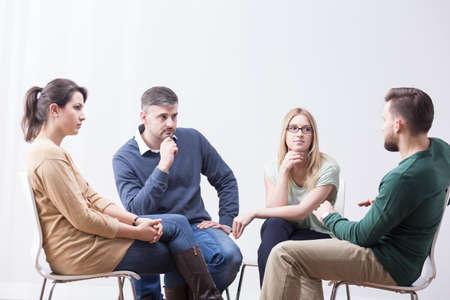 personas dialogando: Los jóvenes que hablan en grupo de apoyo sobre los problemas