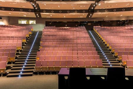 Colpo di una grande e spaziosa sala conferenze