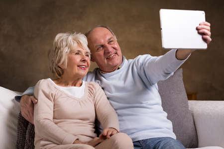 persona mayor: Tiro de una pareja de ancianos de tomar una autofoto