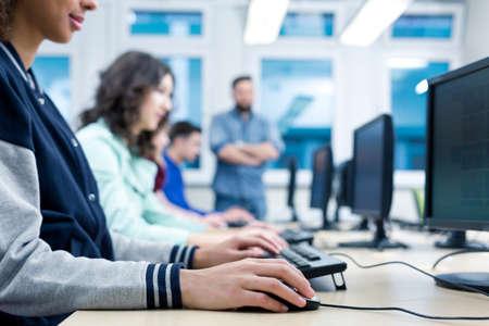 Geerntetes Bild der Studenten-Computer in einem Klassenzimmer