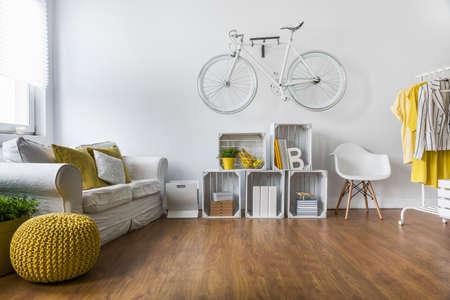 Holzparkett in ein großes Wohnzimmer mit bequemen weißen Sofa und Vintage-Dekorationen