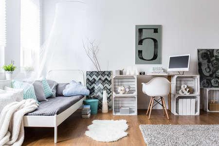 #54189783   Gemütliches, Modernes Schlafzimmer Mit Hipster Design.  Einzelbett Und Holz Schreibtisch Im Zimmer Mit Holzboden