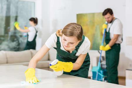전문 청소기로 열심히 예쁜 젊은 여자 스톡 콘텐츠