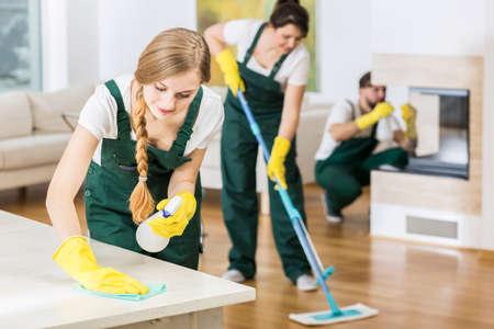 Gruppe von Freunden als eine professionelle Reinigungs große Wohnung Aufräumen