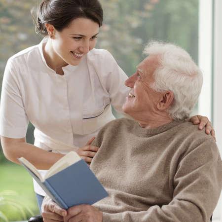 Starszy człowiek czytanie książki Zdjęcie Seryjne