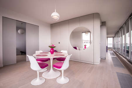 table and chairs: White modern round table and white chairs