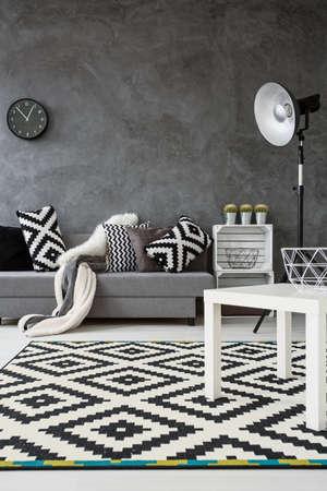#54417782   Grau Wohnzimmer Mit Sofa, Stehlampe, Kleine Weiße Tisch Und  Neu, Muster Teppich In Schwarz Und Weiß
