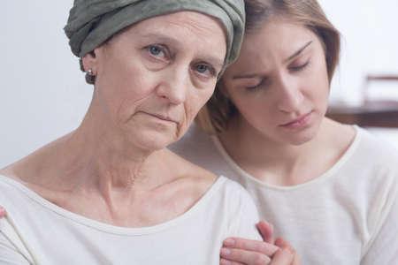 enfermo: madre enferma de cáncer y su hija apoyándose mutuamente en momentos difíciles
