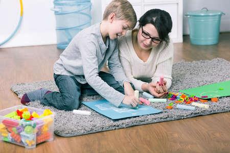 madre soltera: pasar tiempo sola madre con su hijo. El unir una imagen