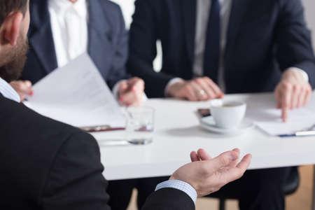 기업에서 미래 고용주와 이야기하는 동안 gesticulating 남자의 근접