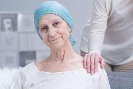Donna malata anziana con cancro con forza interiore per combattere con la malattia