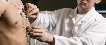 Shot van een arts de voorbereiding van zijn patiënt voor een cardiale stresstest Stockfoto