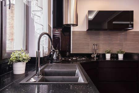 Close-up van aanrecht en granieten aanrecht in de keuken brokaat Stockfoto