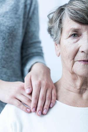 esquizofrenia: Foto de la mujer mayor con la esquizofrenia que tiene el apoyo Foto de archivo