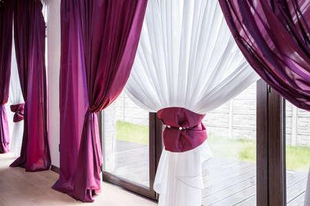 エレガントなカーテンと高級レジデンスで紫のカーテン