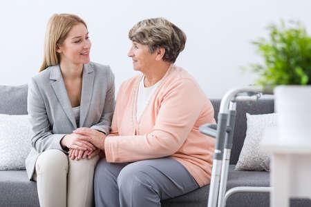 apoyo familiar: Imagen de apoyo a la familia mujer que tiene mayor enferma