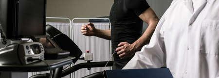 Disparo de un deportista durante una prueba de esfuerzo cardíaco Foto de archivo