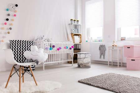 Shot von einem gemütlichen geräumigen Kinderzimmer voller Licht