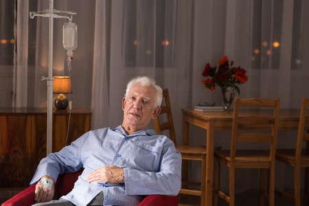 enfermo: La imagen del hombre mayor enfermo durante el tratamiento en casa Foto de archivo