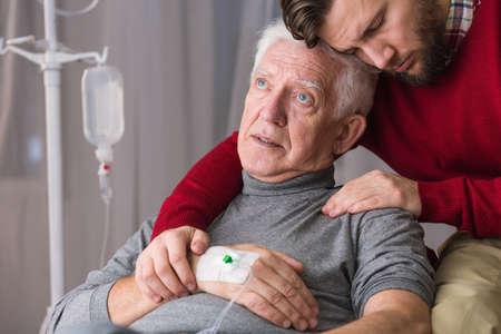 enfermo: Imagen de la última voluntad del hombre mayor enfermo moribundo