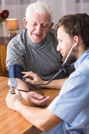 hipertension: Foto del hombre mayor con la hipertensión y el médico Foto de archivo