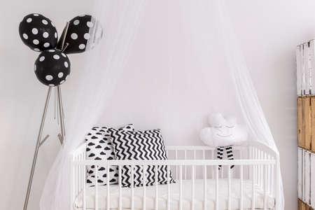 fondo blanco y negro: Captura de una cuna en una habitación moderna bebé blanco y negro