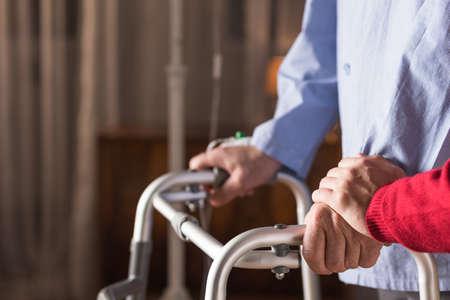Gros plan de mauvais homme handicapé et de soutien familial