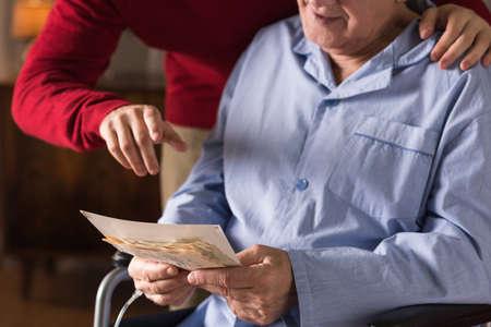 Foto von Erinnerungen und unheilbar kranken älteren Mannes