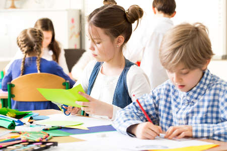 niño escuela: Disparo de los niños pequeños durante la clase de arte