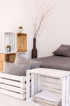 muebles de madera: Sitio ligero con paredes blancas, gran cama y hecho a mano, muebles de madera