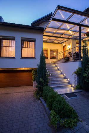 Fachada: Foto de escaleras y garaje frente a la residencia de lujo Foto de archivo