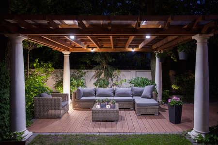 Foto von entspannenden Bereich außerhalb der Villa in der Nacht