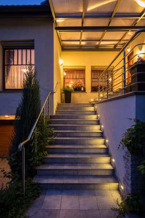 Zamknąć stałych schodach na zewnątrz z oświetleniem i poręczy