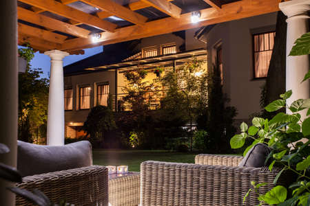 alumbrado: Imagen de la hermosa residencia con jardín por la noche