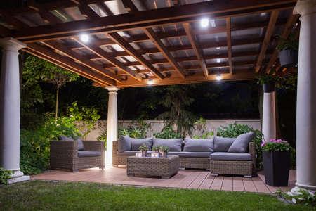 Verlichte en smaakvol terras van het huis Stockfoto