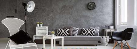 Panorama van een fotografisch set in een moderne inter gerangschikt in grijs en wit Stockfoto