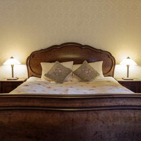 bedroom design: Bedroom in vintage design with stylish bed