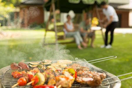 바베큐 파티 - 그릴에 맛있는 음식 스톡 콘텐츠