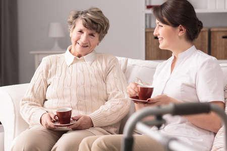 persona mayor: cuidador y paciente jovenes tarde del gasto junto