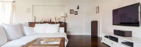 Sala de estar elegante y con estilo en casa rica moderna
